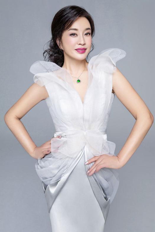 64岁刘晓庆真时髦,穿衣减龄不忘秀蛮腰,好身材堪比20岁少女