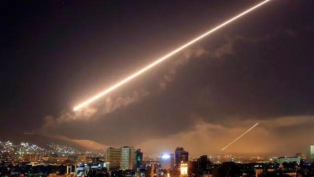 军事-免费yoqq战争在凌晨打响,一晚上100多次轰炸,俄发出警告:立即停止进攻yoqq资源(2)