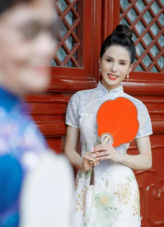 女神真的不会老!李若彤一身旗袍亮相惊艳了网友