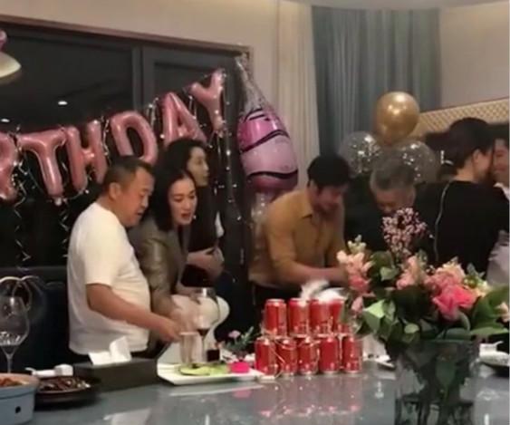 众明星为好友庆生,51岁吴秀波比66岁曾志伟还显老