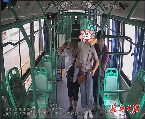 女孩突然昏迷,公交车变救护车直接送医