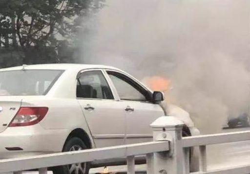 惨!濮阳胜利路一私家车烧起来了......
