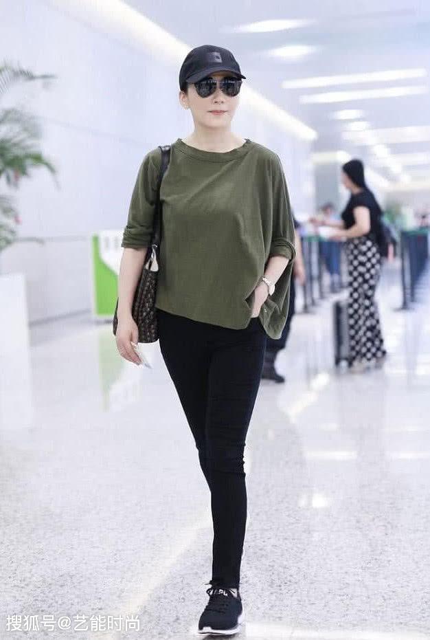 俞飞鸿走机场,穿绿色上衣配黑色紧身长裤,简约时尚又潮流