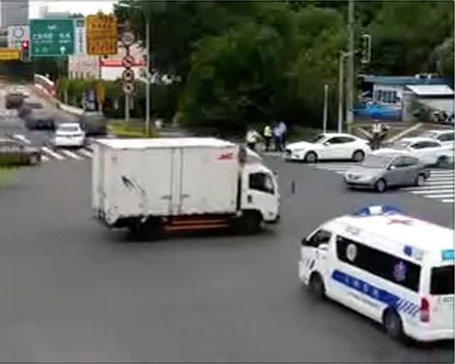 申晨间 | 与鸣笛救护车抢道!货车司机不避让反而加速前行被记3分、罚200元