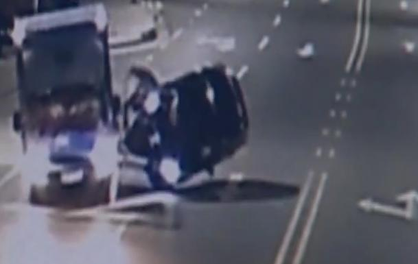 小车发生交通事故,现场却不见司机,群众:他裸身弃车逃跑了