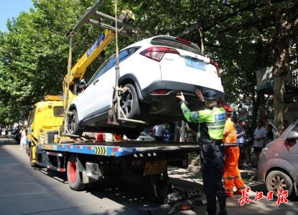 轿车违停路边,女子怼交警:我儿子的车,你们无权管