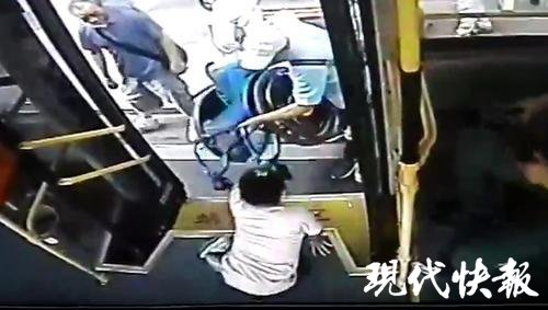 残疾人坐着轮椅追公交,公交队长:别急,我帮你