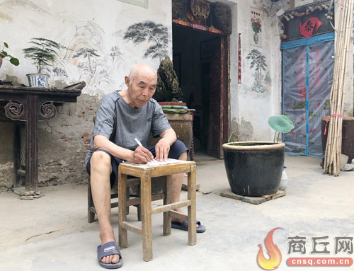 86岁农民作家王根柱数易其稿书写入党申请书