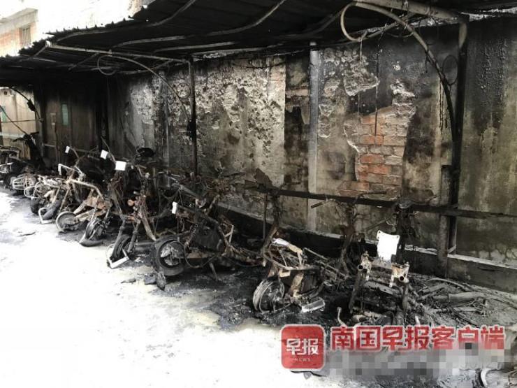 南宁衡阳西路一生活区车棚凌晨起火18辆电动车被烧毁