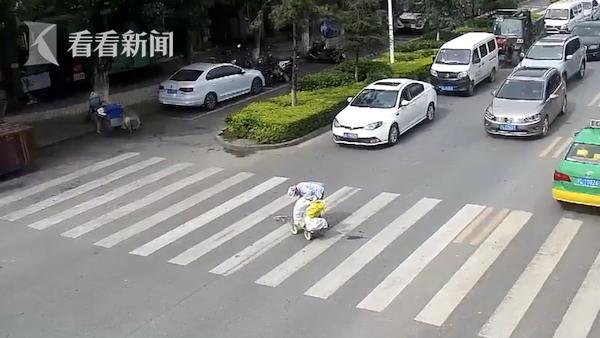 老人推车过马路东西洒落斑马线!这时他出现了...好暖