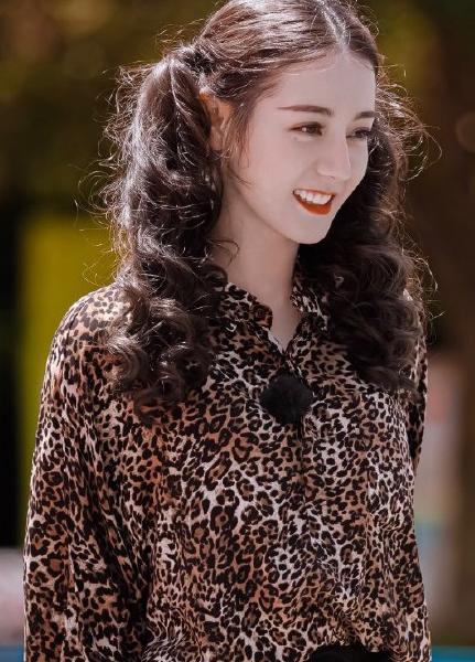 迪丽热巴豹纹双马尾,时尚全靠脸,果然小仙女什么都可以驾驭的了