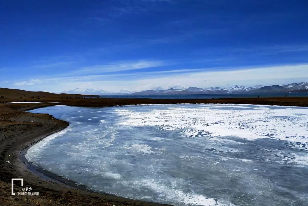 冰层的裂缝层层隆起,绵延 十余公里,人们说这是湖水之神留下的足迹.