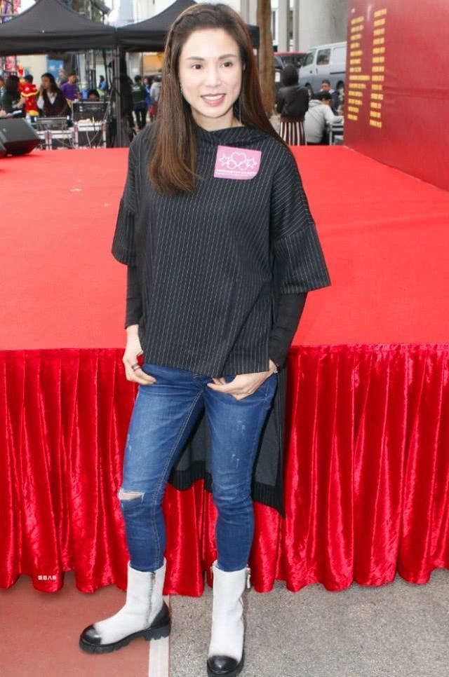 46岁李若彤气质依旧,穿条纹长袖搭配牛仔裤和马丁靴,更显英气十足