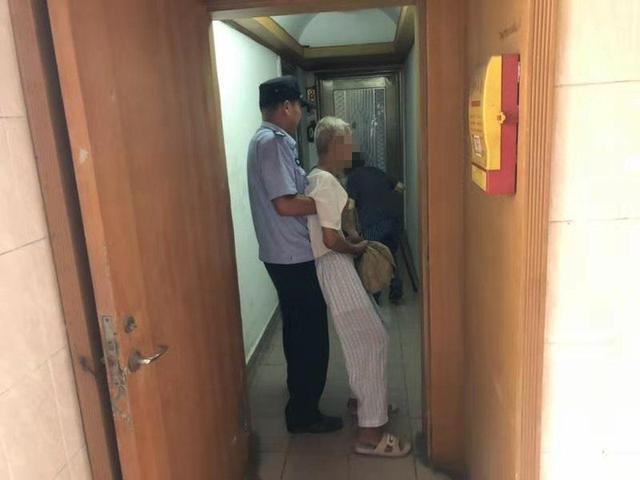 广州89岁老人揣4万元硬要去银行,幸好被民警抱回家