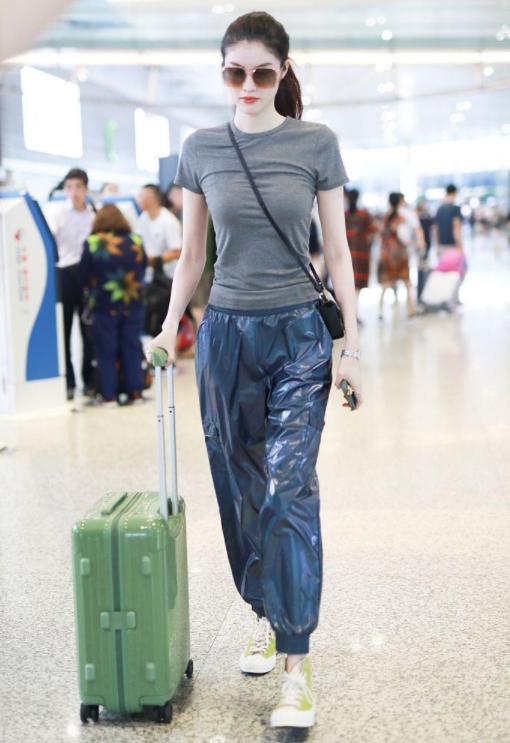 何仙姑驾到!何穗现身机场长腿吸睛,扎马尾穿紧身衣身材A爆了