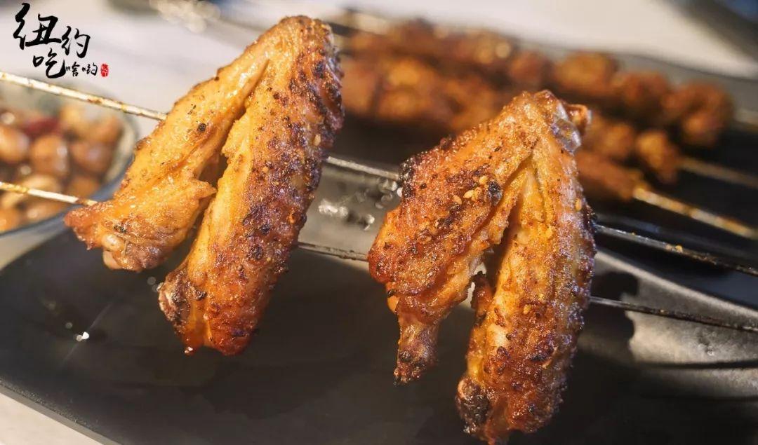 嫩屄高清_配上蒜蓉和香菜一并放入口中,蚝肉饱满软嫩,鲜香逼人.