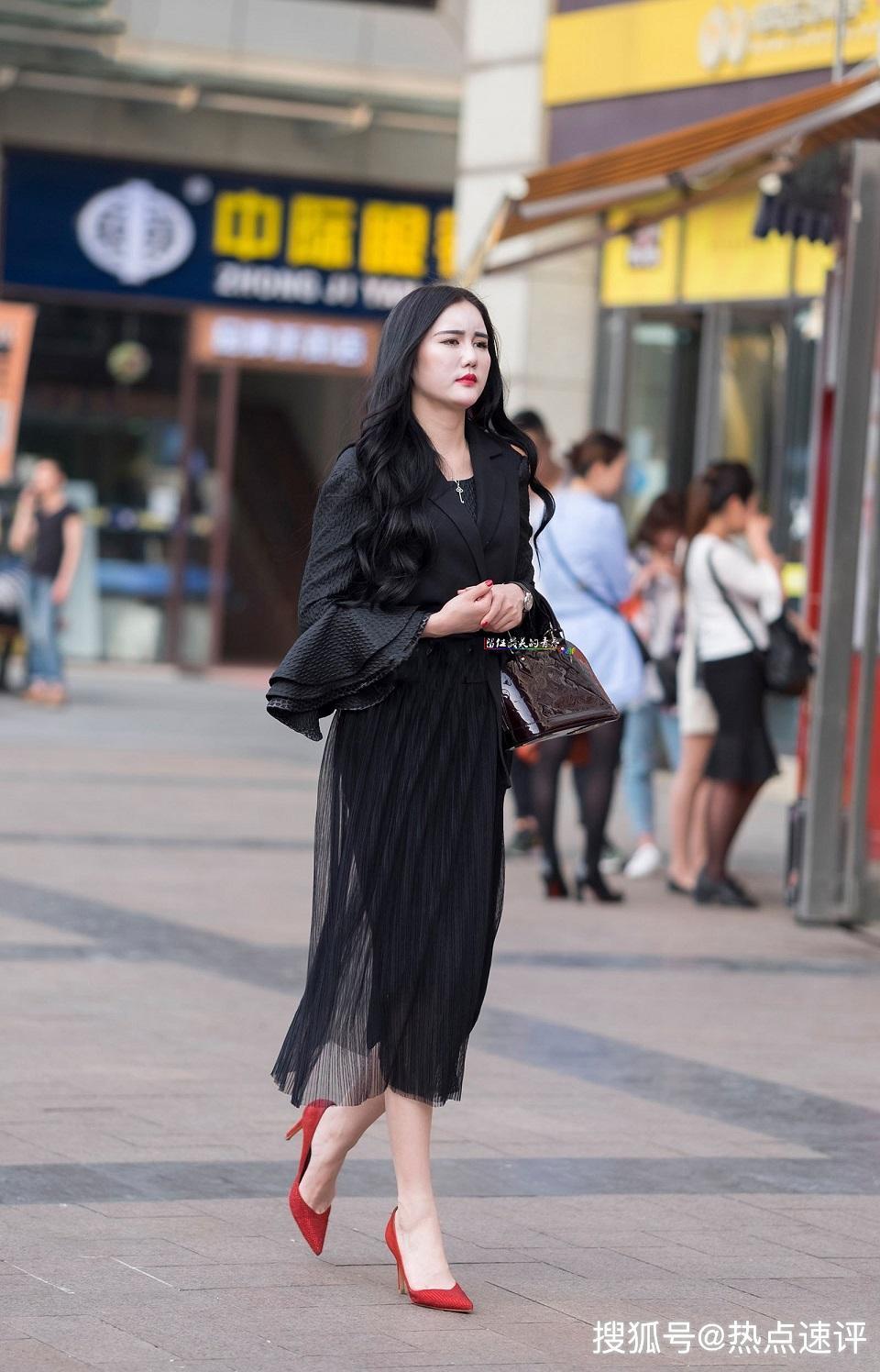 少妇自拍嫩b_街拍:黑色长裙红高跟气质少妇,气场很足吸睛无数