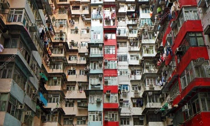 """香港普通人的心酸:一家4口挤在15平米""""棺材房"""",睡觉伸不了腿"""