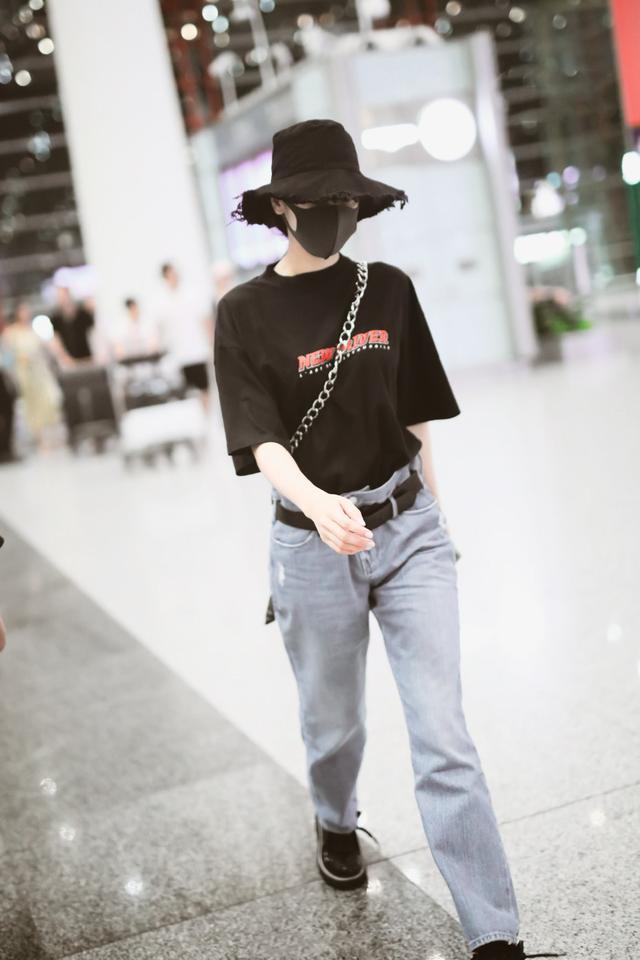 迪丽热巴的腰有多细?穿牛仔裤得用腰带固定,搭配T恤休闲又时髦