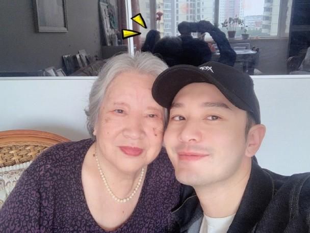 黄晓明与90岁外婆玩自拍,Baby乱入?