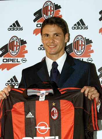 足球老照片:2000年7月1日AC米兰1700万美元正式签入雷东多