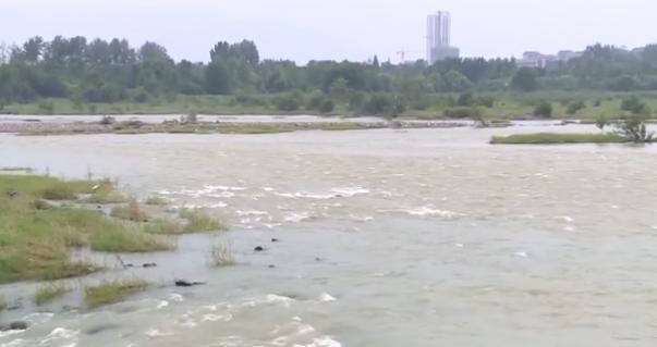 男子河道中捞鱼,不慎落入水中,所幸救援队在附近训练