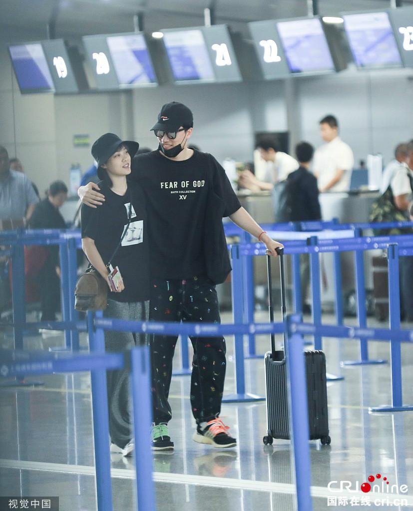 刘翔与老婆现身机场 翔飞人搂肩爱妻幸福满满