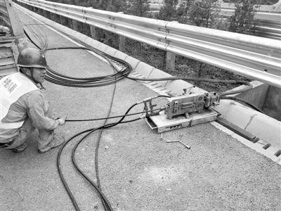 """新技术将光缆""""吹""""进公路地下管道"""