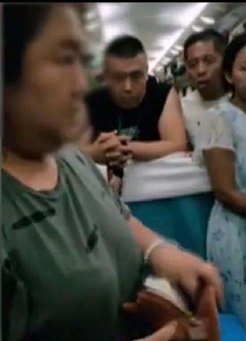 女子被质疑霸座,一怒之下掏出六张车票网友吵疯了