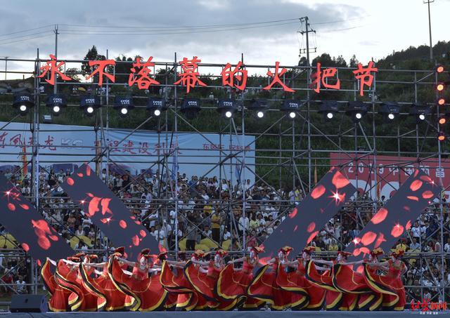 火炎焱燚!西昌火把节来了 30多万人打火把狂欢 场面太壮观