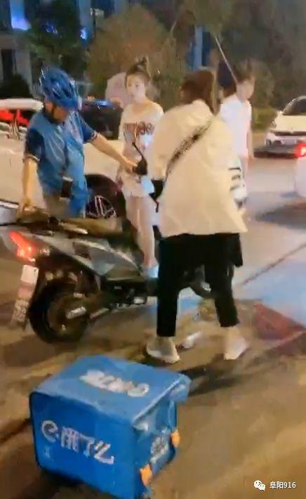 万达嘉华酒店门前,一外卖小哥撞上了奔驰!