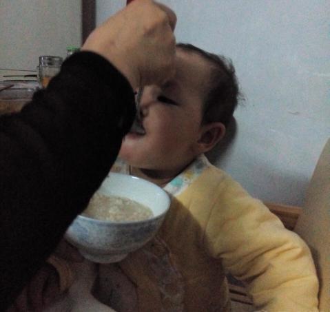 宝宝吃5个月粥,体重不长反轻!医生:孩子两岁前,这些辅食少吃