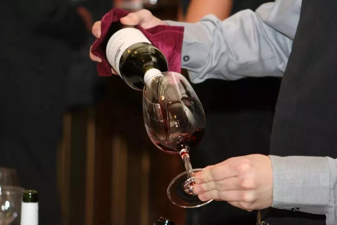 【悦心养生】晚饭喝红酒、大量排出身体内的毒素、可惜没几个人知道