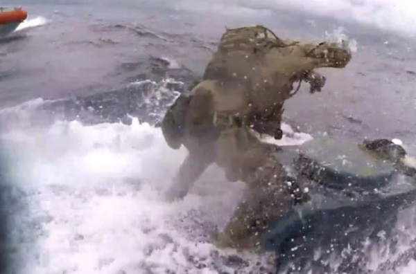 海上飚船 跳帮砸舱门!美海警穷追猛打贩毒潜艇
