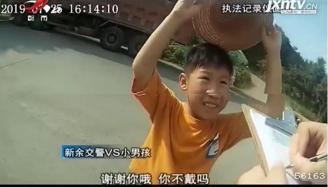 太暖!交警烈日下执勤太辛苦,小男孩取下帽子给交警