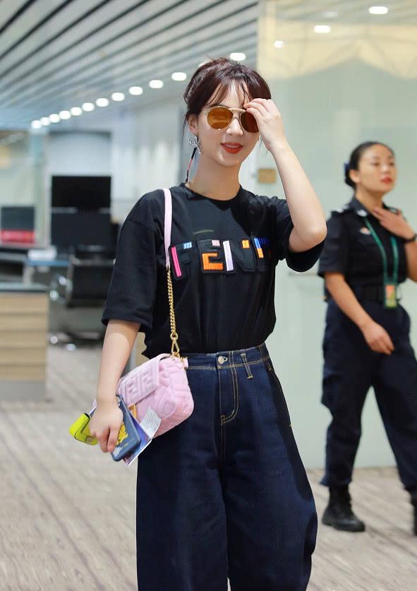 杨紫一身黑色又酷又美现身机场,穿黑色T恤配宽松牛仔裤,扎丸子头少女感爆棚
