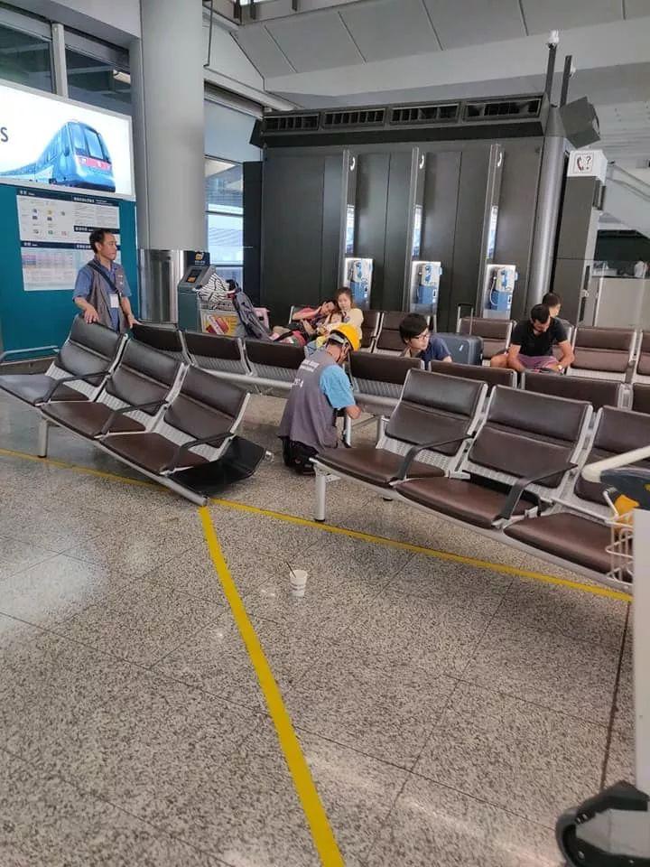 放肆!香港国际机场多名示威者围堵老人