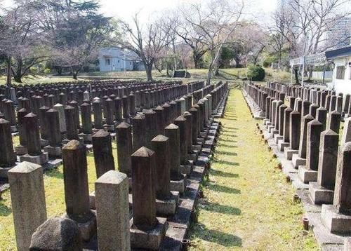中日两国各有座墓,抗战后日本凿掉碑上两字,并要求中国照办