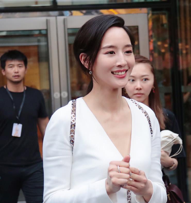 演艺圈女学霸张钧甯穿白色连衣裙,清纯宜人,网友:看上去很舒服很有气质呢