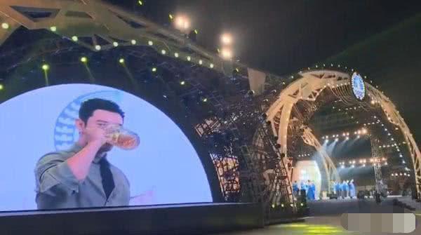 """黄晓明出席啤酒节,豪饮一扎啤酒,疑为从前喝酒喝吐""""雪耻"""""""