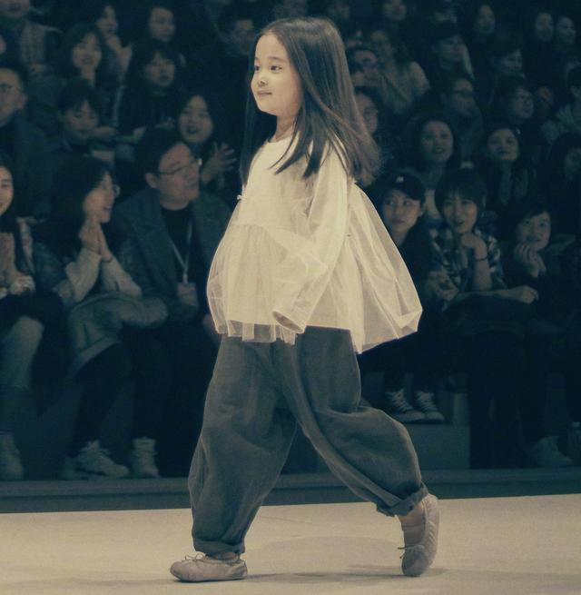 梅婷晒女儿舞台上走秀,5岁快快自信从容、台风稳健,神似妈妈_生活