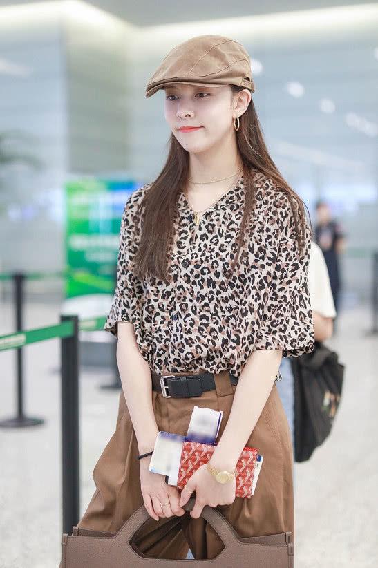 宋妍霏穿豹纹衬衫搭阔腿裤好时髦,头戴复古贝雷帽,整体造型时尚感爆棚