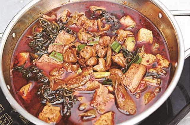 原创这道臭酸锅色泽红亮,油而不腻,闻起来臭,吃起来香,开胃下饭