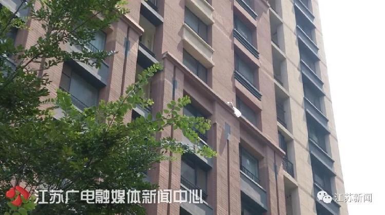 女子25楼扔外卖盒后拒绝承认,警察拨通订单上电话