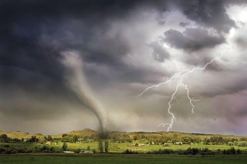 原创双语阅读:暴雨能有多严重?这个地方竟然出动了飞机!
