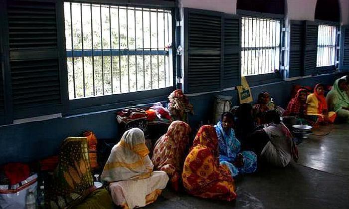 印度女犯人为何被关在男子监狱,不怕被欺负吗?狱警:见怪不怪了