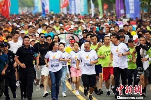 刘国梁等九位体育冠军齐聚威海领跑全民健身