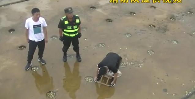 <b>游客为喂海鸥,距离岸边太近,不慎失足摔下大坝受伤</b>