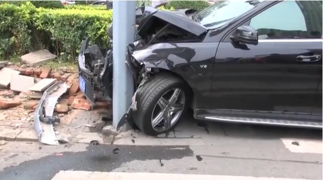 两车相撞!尼桑女司机当场吓哭,奔驰女司机相拥安慰:你没事吧