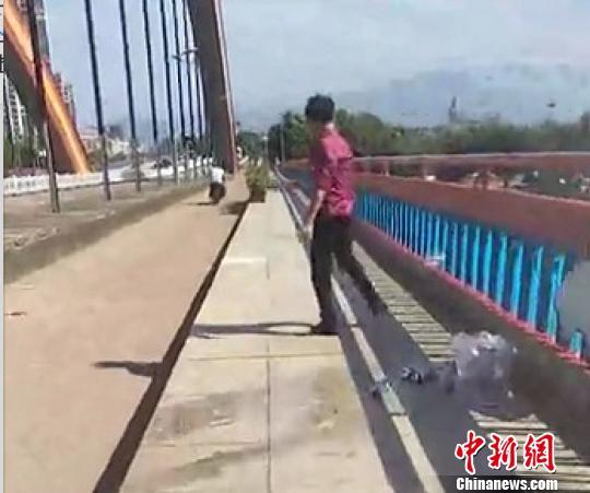 交警锻炼路遇男子跳桥轻生 生死瞬间将其死死抱住救下